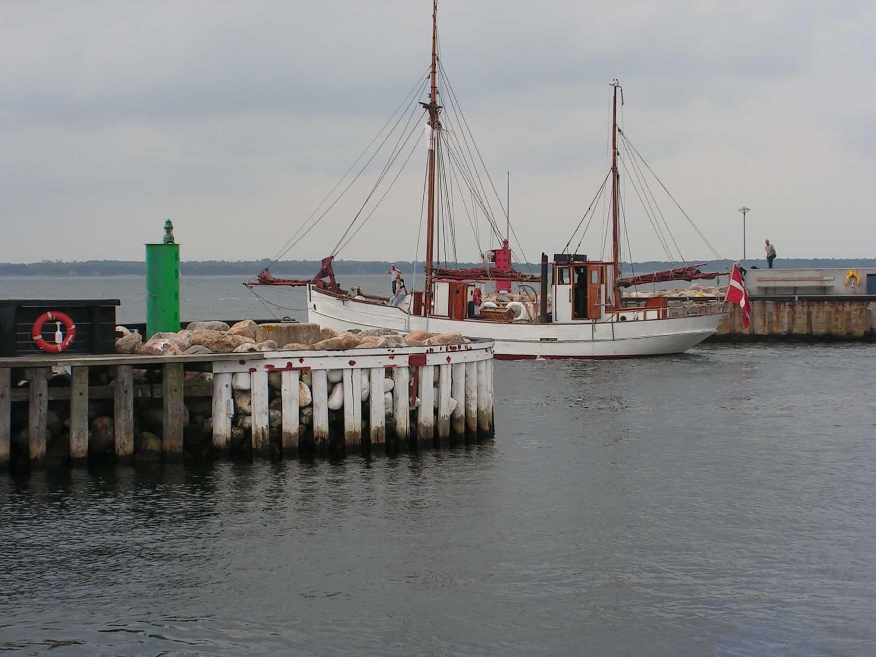 KIVIOQ passerer molepynten Hundested Havn august 2017