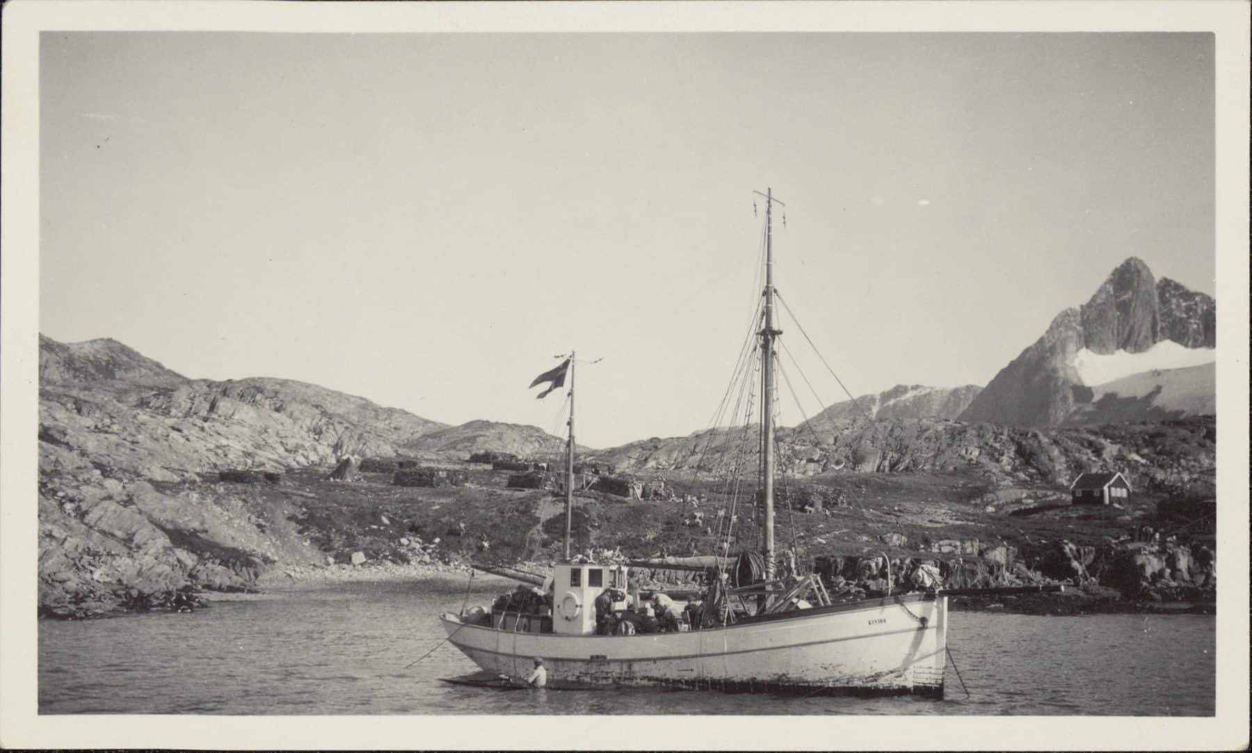 Palo's Brudefærd. Kivioq opankret i fjord. I forgrunden en kajak, i baggrunden fjelde. Ukendt fotograf. Kilde, Nationalmuseet