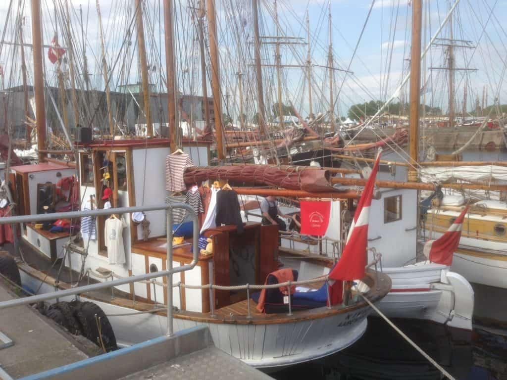 KIVIOQ deltog i TræskibsSammenslutningens store Pinsetræf i Helsingør. Her med riggede mørkrøde sejl