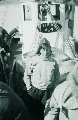 Kivioq besøger Hundested igen. Her ses Knud Rasmussen foran styrehuset, fotograferet i 1933
