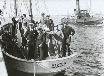 Kivioq besøger Hundested igen. Her ses skibet med Knud Rasmussen agter, fotograferet i 1933