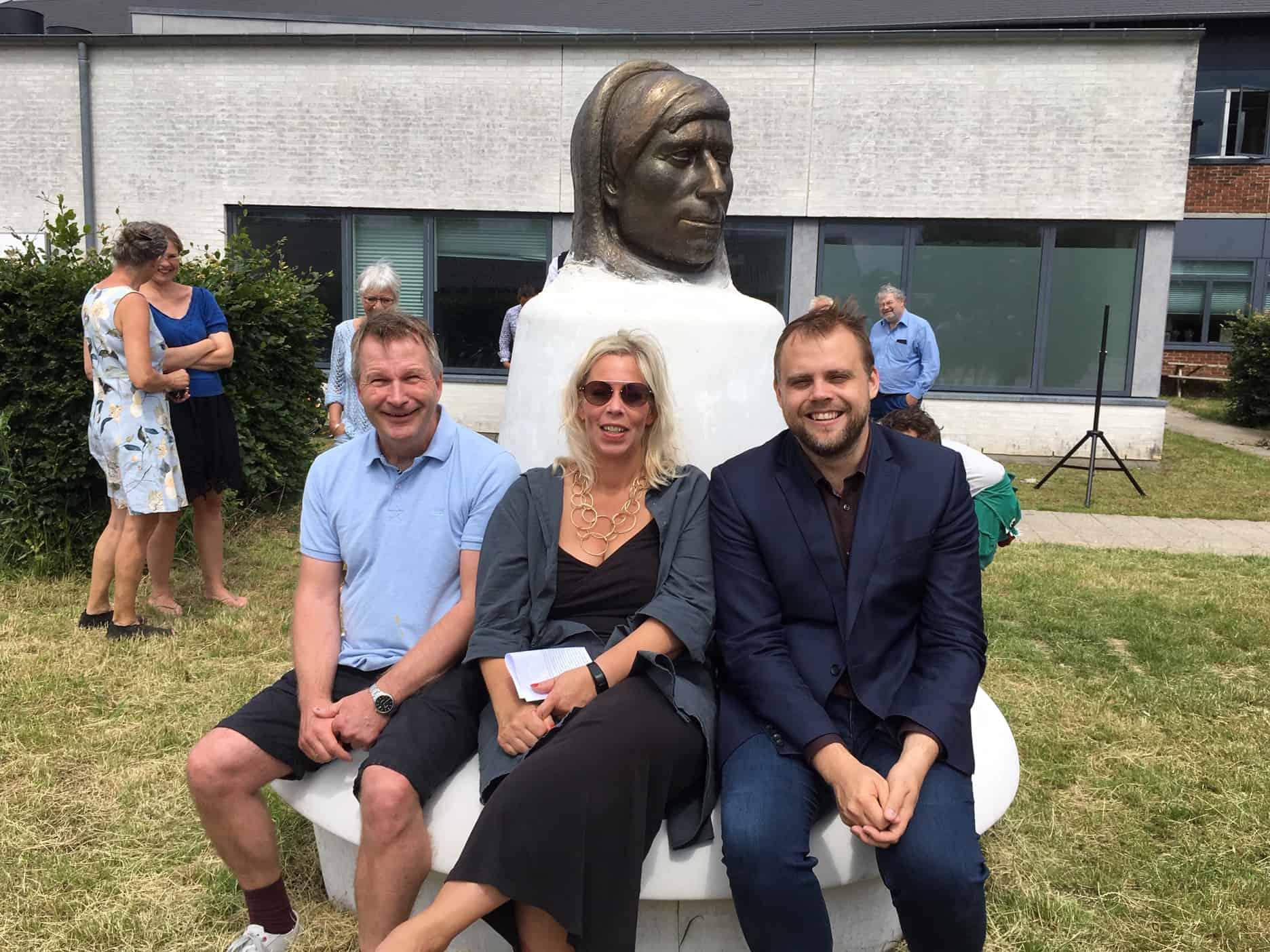 Knud Rasmussens buste flankeret af Tommy Vinter, viceskoleinspektør, Malene Nyenstad, skoleleder, og Steffen Jensen, borgmester